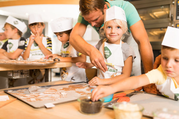 Baking with kids in the children's bakery Hamsterhausen.